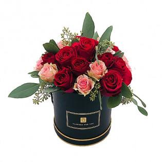 Róże czerwono-różowe w pudełku